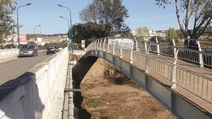 Pontão pedonal sobre a Ribeira de Aljezur está concluído