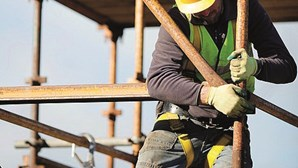 Construtor destrói casa ao proprietário por este se recusar a pagar remodelação