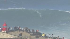 Veja as imagens das ondas gigantes que levaram multidão até à Nazaré