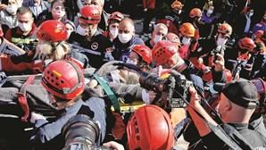Mãe e três filhos resgatados de escombros de prédio colapsado na Turquia