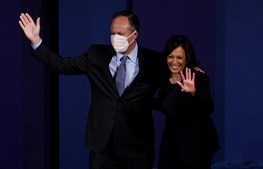 A senadora e candidata democrata à vice-presidência, Kamala Harris, com o marido, Doug Emhoff