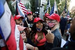 """Apoiantes de Donald Trump e ativista do movimento """"Black Lives Matter"""" envolveram-se em confrontos verbais no exterior do campus universitário"""