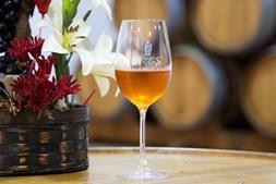 O Moscatel de Setúbal da Adega de Pegões estagia em barricas de vinho tinto usadas, numa zona cálida da adega, para aumentar a velocidade de oxidação, tal como acontece no processo de estufagem do vinho Madeira, o que lhe dá mais complexidade num período mais curto de tempo. Desta forma ganha, mais depressa, aromas terciários, notas de frutos secos de amêndoas, nozes e até de caril, além das tradicionais de laranja, casca de laranja e mel deste tipo de vinhos