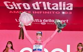 João Almeida leva nove dias a fazer festa no pódio como líder da Volta a Itália em bicicleta