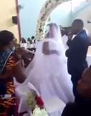 Invade casamento de marido que tentava casar com outra mulher