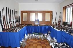 Foram apreendidas centenas de armas. A maioria de caça, mas também muitas pistolas de alarme transformadas nas fábricas ilegais