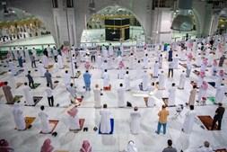 Arábia Saudita reabre Grande Mesquita de Meca e permite 15 mil peregrinos por dia