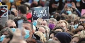 Milhares de franceses saíram à rua para homenagear o professor Samuel Paty, decapitado por um radical islâmico por ter mostrado caricaturas de Maomé na aula