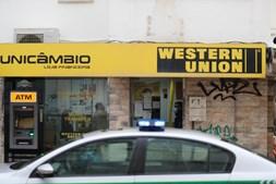 Assalto à mão armada a loja de câmbio na Costa da Caparica rende mais de 25 mil euros a quadrilha