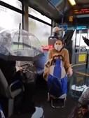 No Porto, passageira de chapéu no autocarro