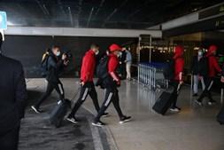 Jorge Jesus e encarnados no aeroporto a caminho da Polónia