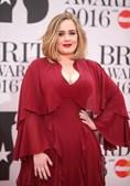 'Por causa das restrições da Covid-19 só pude viajar com metade de mim', Adele brinca com perda de peso