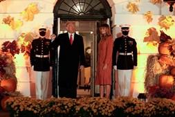 'Doce ou travessura': Trump e Melania decoram Casa Branca a rigor para receberem o 'Halloween'