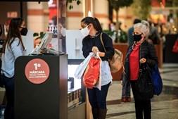 Compras mais cedo e espaçadas no tempo para prevenir ajuntamentos e garantir cumprimento das regras sanitárias