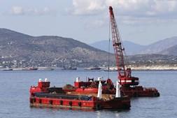 Navio de bandeira portuguesa colide com draga minas na Grécia