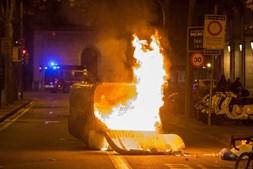 Um caixote do lixo incendiado em Barcelona
