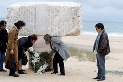 Família das vítimas junto ao monumento à tragédia de 2013, na praia do Meco