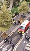 1 Polícia chegou ao local em poucos minutos e abateu o terrorista no interior da basílica 2 Uma das vítimas do ataque é retirada do local pelos serviços de emergência