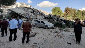 Edificio destruído na Turquia após sismo de 7.0