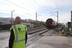 Comboio abalroa carro em Coimbra