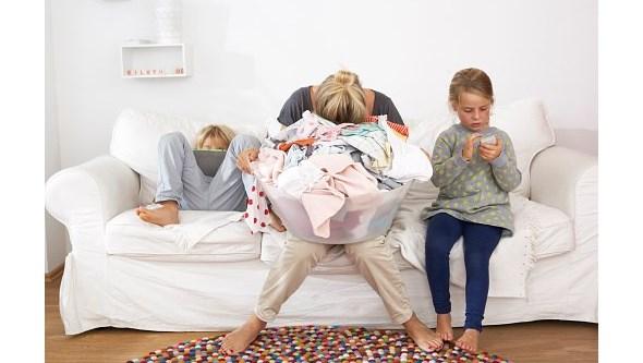 'Stress' familiar devido à Covid-19 recai desproporcionalmente nas mulheres, avança inquérito