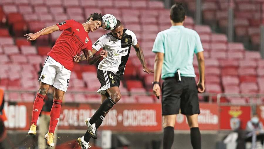 Darwin e César num lance  aéreo, sob o olhar do árbitro Tiago Martins