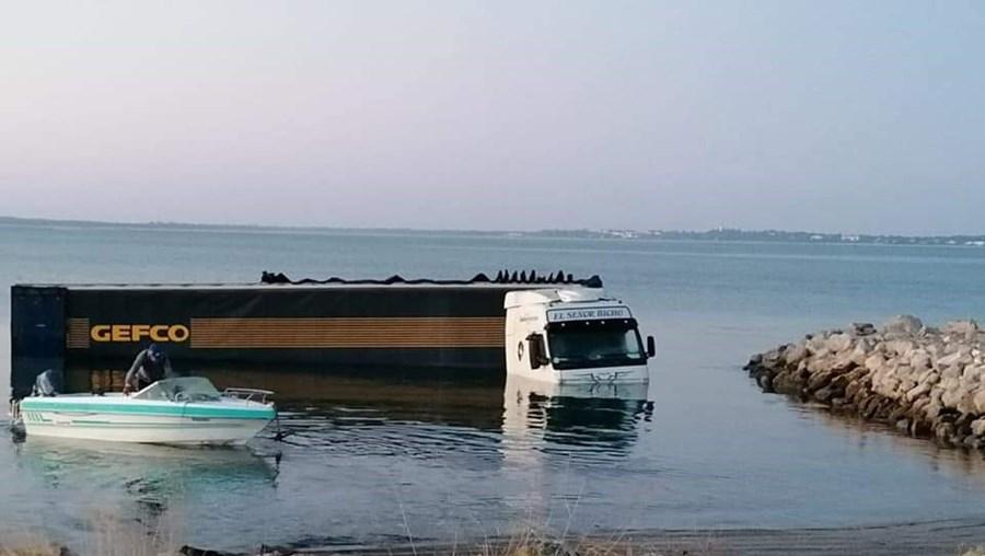 Camión encontrado parcialmente sumergido en el río Sado en Setúbal
