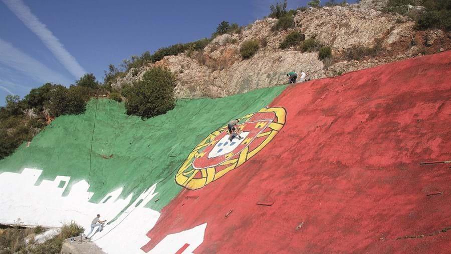 Pinturas foram retocadas no fim de semana para dar apoio à seleção portuguesa de futebol nos próximos jogos