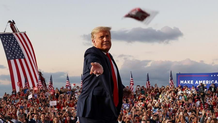 Trump distribuiu máscaras à multidão mas recusou usar uma no seu regresso à campanha eleitoral
