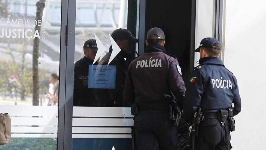 Polícias detiveram o homem