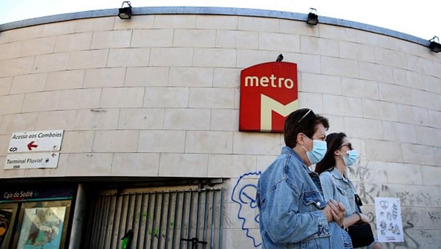 Mulheres com máscarapassam por estação de Metro, em Lisboa.