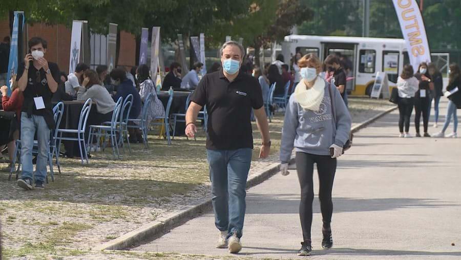 Portugueses com máscara na rua