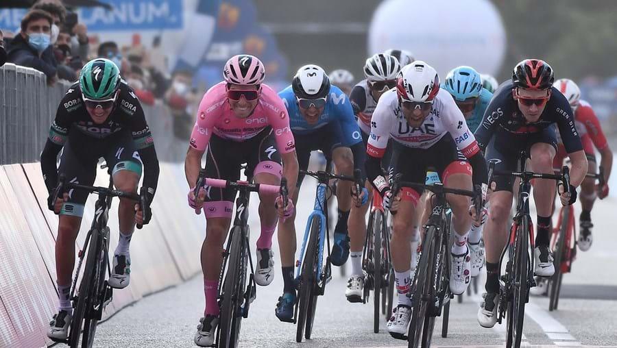 João Almeida, de camisola rosa, lidera a Volta a Itália em Bicicleta há 13 dias consecutivos