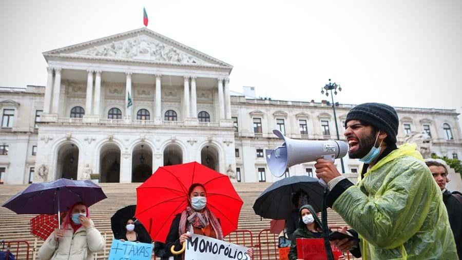 Em dia de votação, uma centena de estudantes e cineastas manifestaram-se frente à Assembleia da República