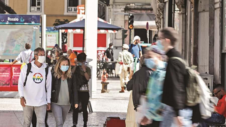 Portugueses utilizam máscaras na rua durante pandemia da Covid-19