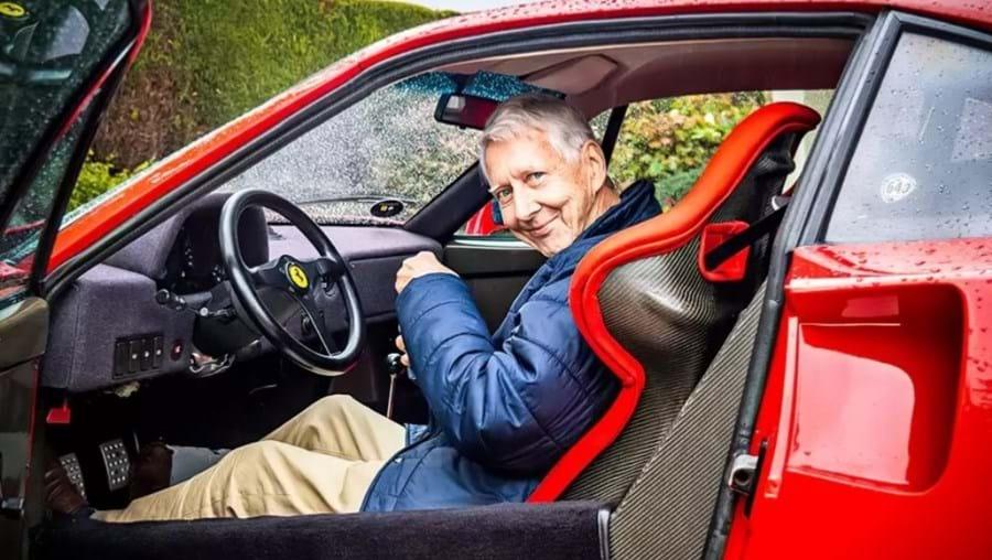 John Clower ao volante do seu Ferrari F40.