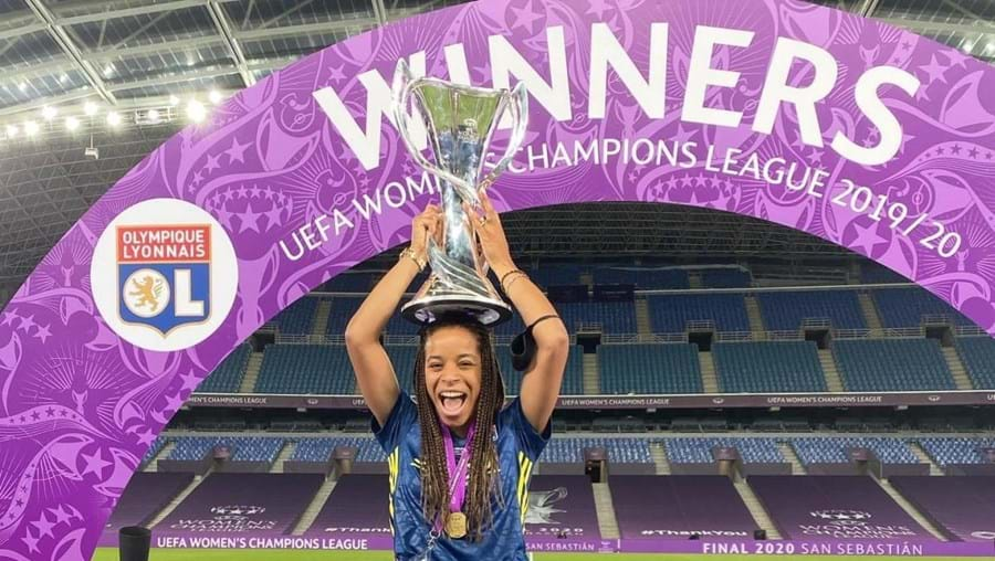 Jéssica Silva com o troféu da Liga dos Cameões de futebol feminino