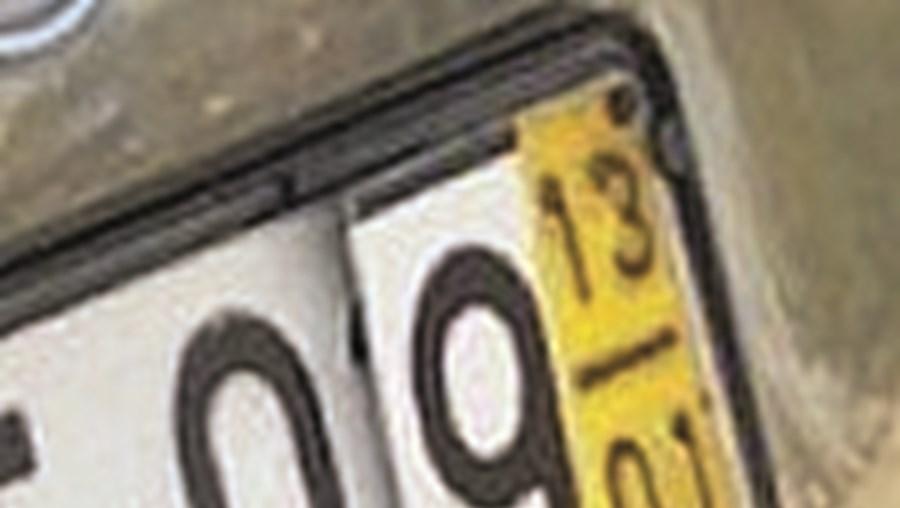 Número nove colado por cima da matrícula