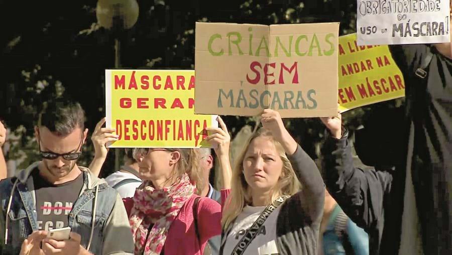 Grupo de manifestantes protestou ontem frente ao Parlamento em defesa do uso facultativo de máscaras no espaço público
