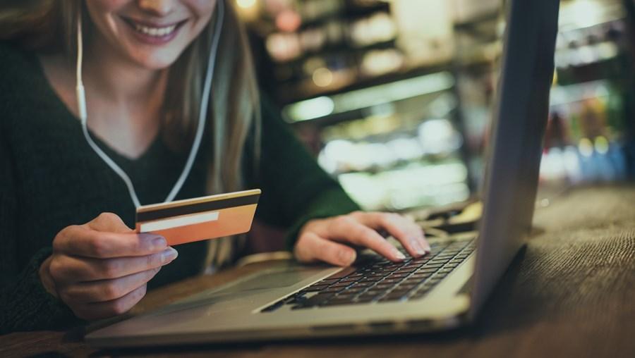 Clientes bancários devem avaliar o tipo de utilização e os encargos associados na hora de escolher o cartão de crédito