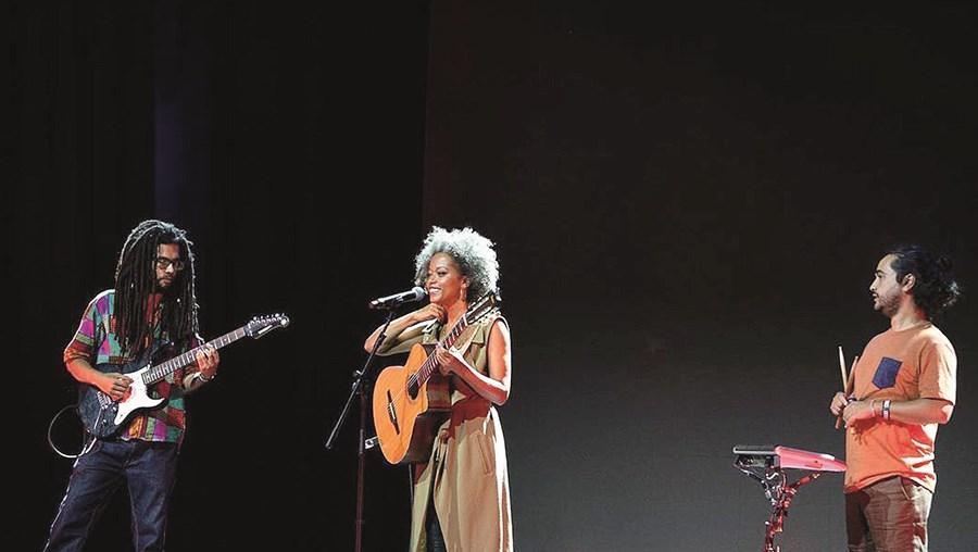 Sara  Tavares foi uma das artistas convidadas para participar no  Estamos Aqui, Iémen