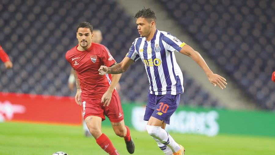 Evanilson (FC Porto) tenta acelerar o jogo e fugir à marcação  de Claude Gonçalves  (Gil Vicente)