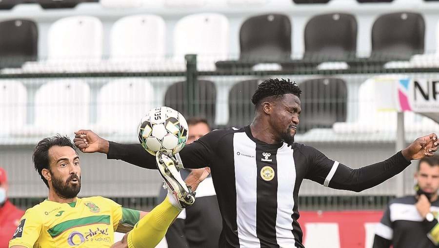 Marcelo (P. Ferreira) e Riascos (Nacional) em momento do jogo deste sábado