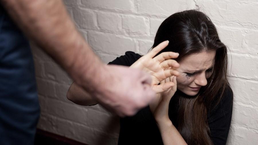 Vítima, de 39 anos, saiu de casa e fez queixa do companheiro às autoridades após este a ter atacado quando tinha o filho bebé, de apenas um mês, ao colo