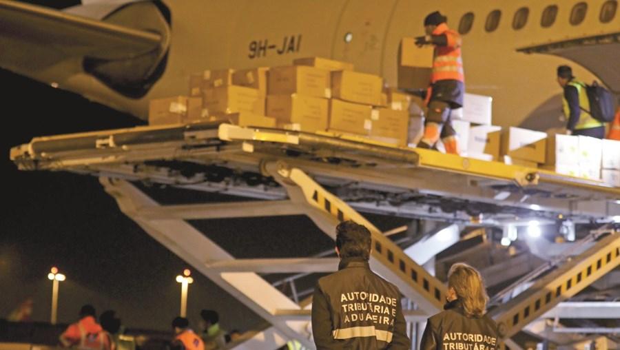 País comprou toneladas de material médico à China. Foram chegando através de aviões