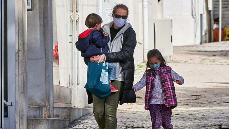 Família portuguesa usa máscaras, nas ruas de Lisboa. Outubro de 2020
