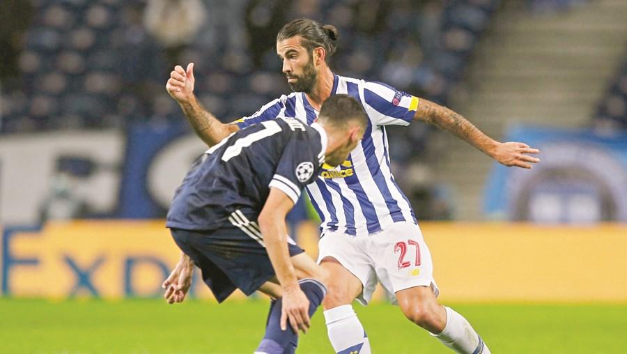 Sérgio Oliveira procurar  ultrapassar  Randjelovic, do Olympiacos