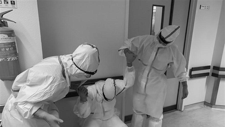 Fotografia de entreajuda entre profissionais de saúde em hospital português vence concurso