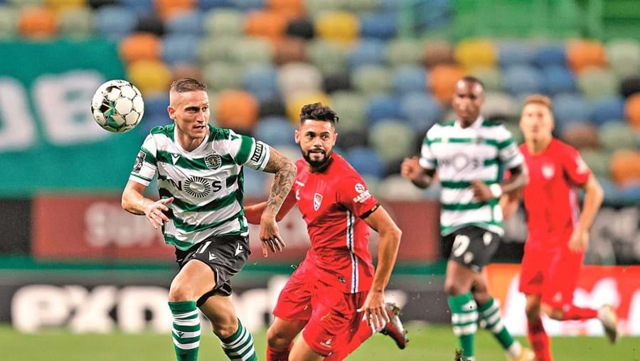 Nuno Santos , que fez duas assistências para golo, controla a bola perante a tentativa de pressão de Lourency