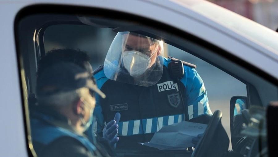 Agentes da PSP fazem operação Stop de fiscalização à circulação entre concelhos